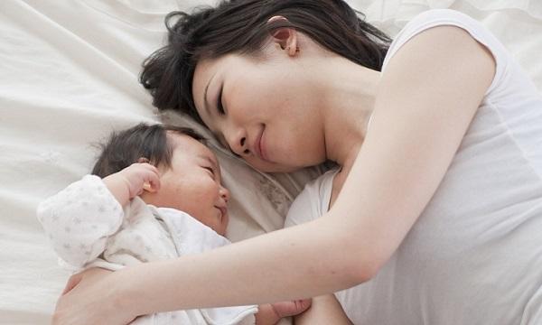 母親と昼寝する赤ちゃん