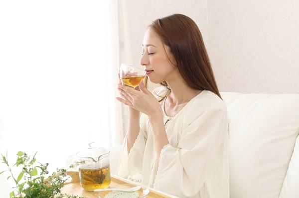 ハーブティーを飲む女性