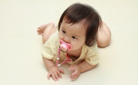 赤ちゃんのおしゃぶりはいつから?歯並びに悪影響?