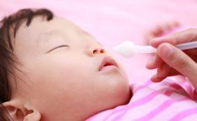 【助産師監修】赤ちゃんの鼻水、原因は?病院に行く目安、家でできる対処法は?