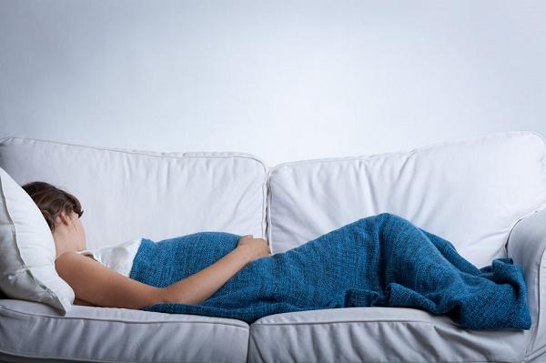 横になって休む妊婦