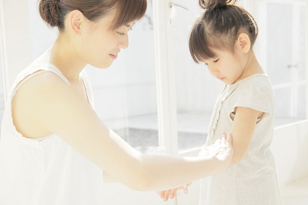 マッサージを行う母親と娘