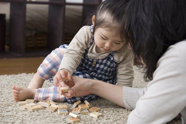 乳幼児の教育_子どもとママが積み木をする600