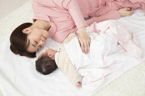 眠る母親と赤ちゃん