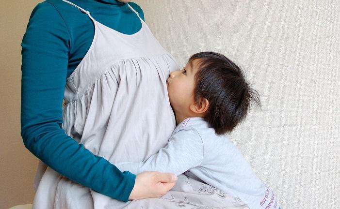 母親に抱っこをせがむ子ども