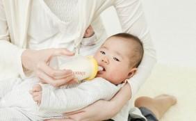 【助産師監修】赤ちゃんが哺乳瓶でミルクを飲まない?原因と対処法
