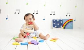 【助産師監修】赤ちゃんの遊び飲みが始まった?原因と対策まとめ