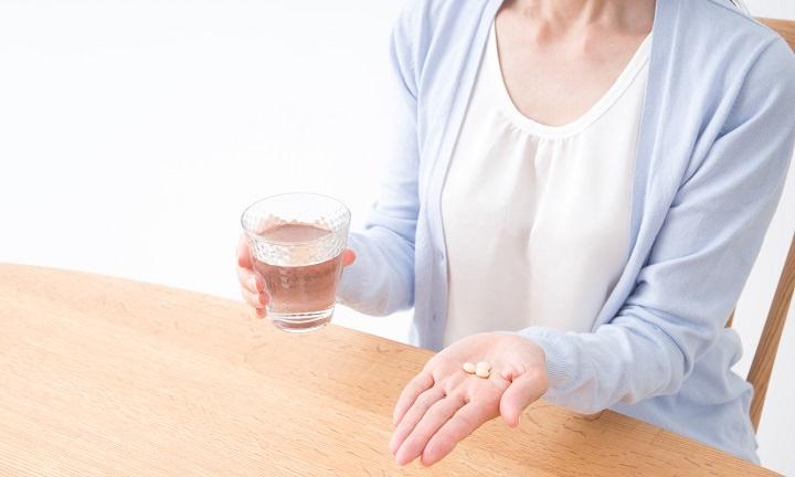 排卵誘発剤_薬を飲む女性