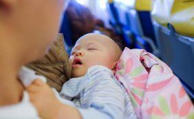 【助産師監修】赤ちゃんはいつから飛行機に乗れる?乗る時の注意点は?