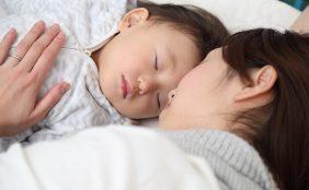【助産師監修】赤ちゃんとの添い寝はいつまでする?赤ちゃんの寝室は別がいい?