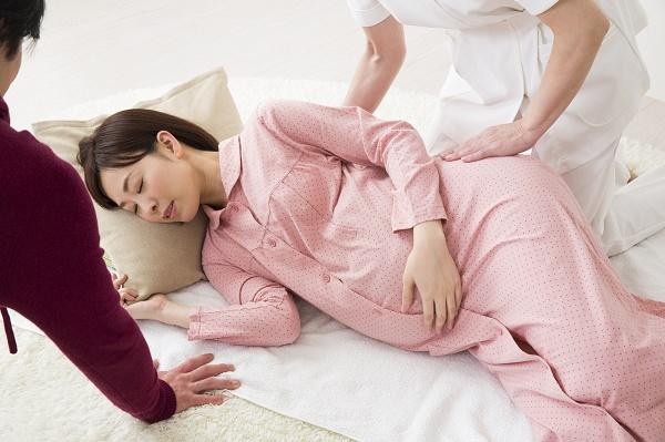 陣痛が始まった妊婦