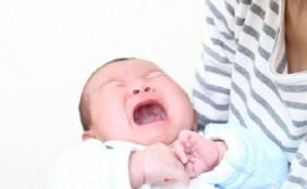 【助産師監修】新生児が母乳を吐くのはなぜ?ママができるケア方法は?