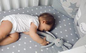 【助産師監修】赤ちゃんはベッドと布団どっちがいいの?メリットとデメリット