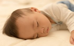 【助産師監修】赤ちゃんの寝かしつけ。赤ちゃんが一人で寝るのはいつから?