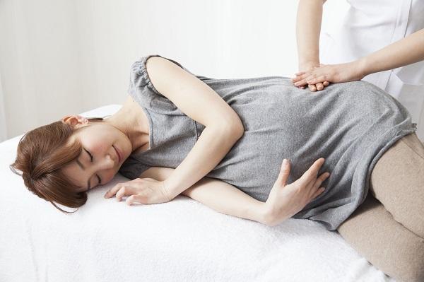 横になる妊婦さん