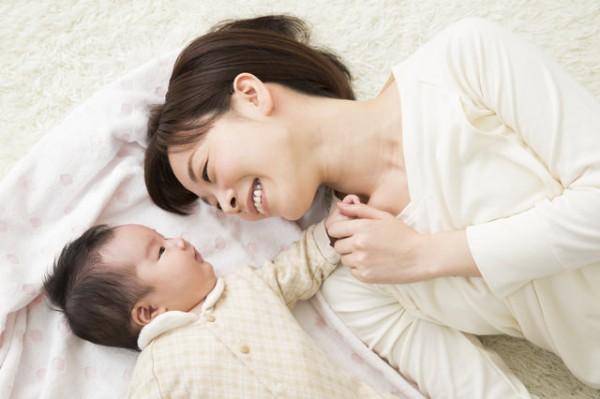赤ちゃんを見て微笑むママ