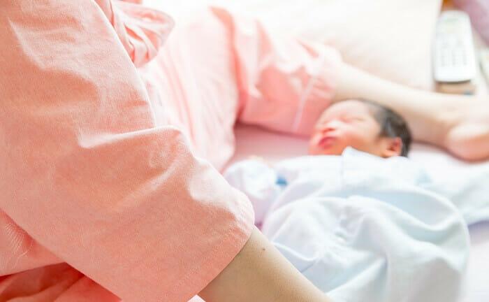 【助産師監修】授乳中に新生児が起きない!起こして母乳やミルクを与えるべき?
