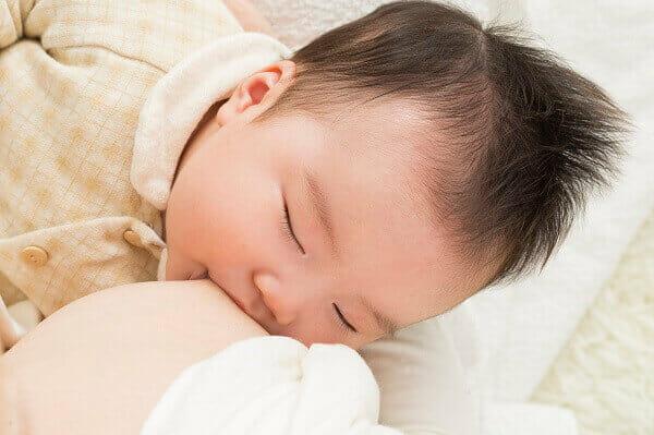 授乳中に寝てしまう赤ちゃん