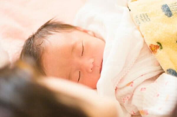 ママと寝る赤ちゃん