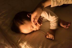『夜間、子どもが6時間も寝ています。起こして授乳した方がいいですか?』