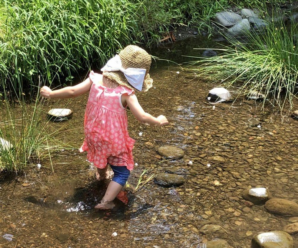 水遊びする子ども