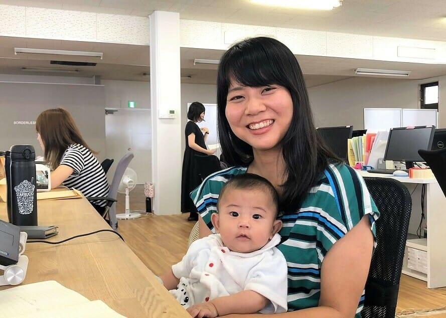 赤ちゃんを抱っこする寺師