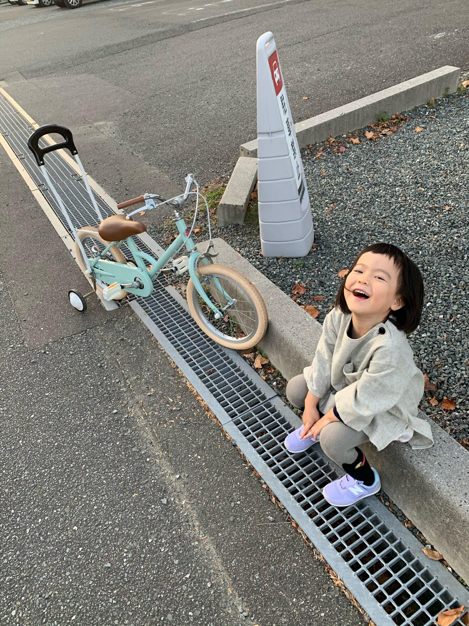 自転車を練習する女の子