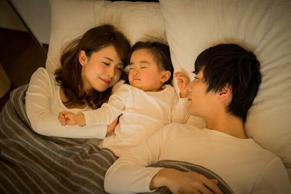 『夜間の授乳が多く大変です。夜間断乳をしたら寝るようになるのでしょうか』